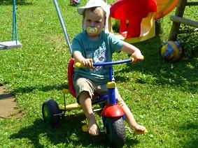 Dreiradfahren-im-Garten